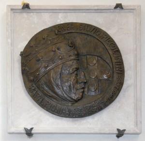 Il medaglione in bronzo dello scultore Piero Sbarluzzi