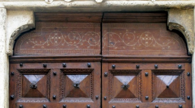 Il restauro della porta laterale del Duomo